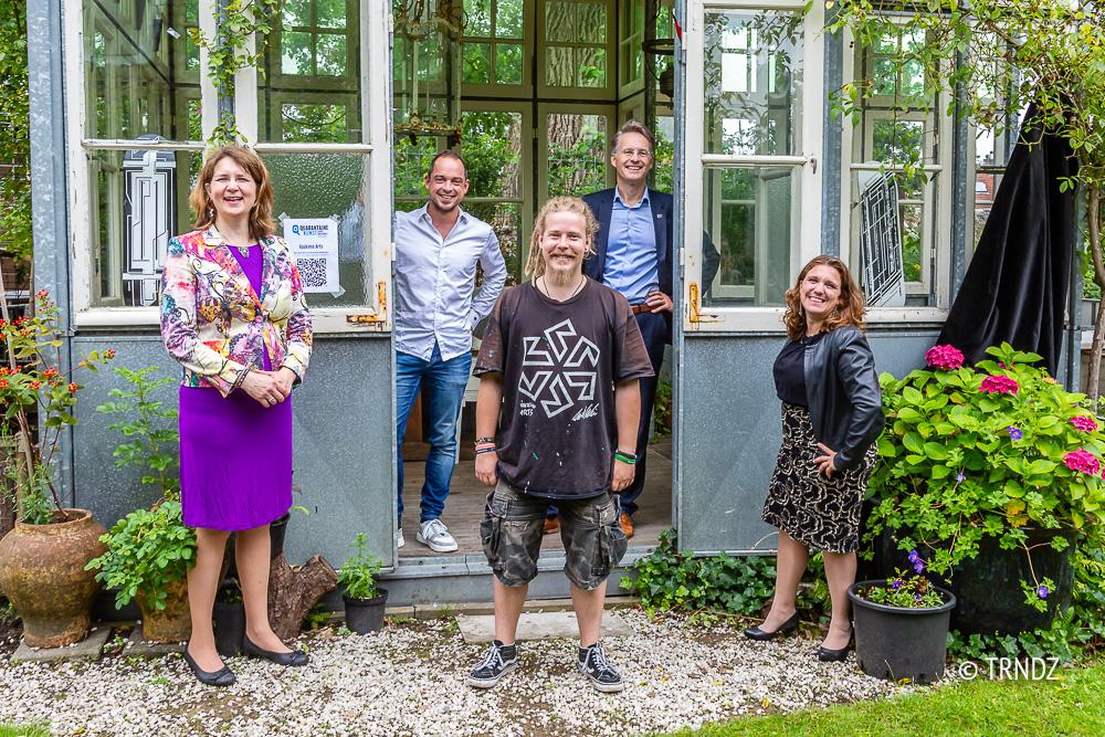 Hubertine Langemeijer (Stichting KunstPost), Sven Ruggenberg (Cultuurfonds Zoetermeer), Wille Vaskimo (kunstenaar), wethouder Robin Paalvast en inititiefneemster Daniella van Bergen.
