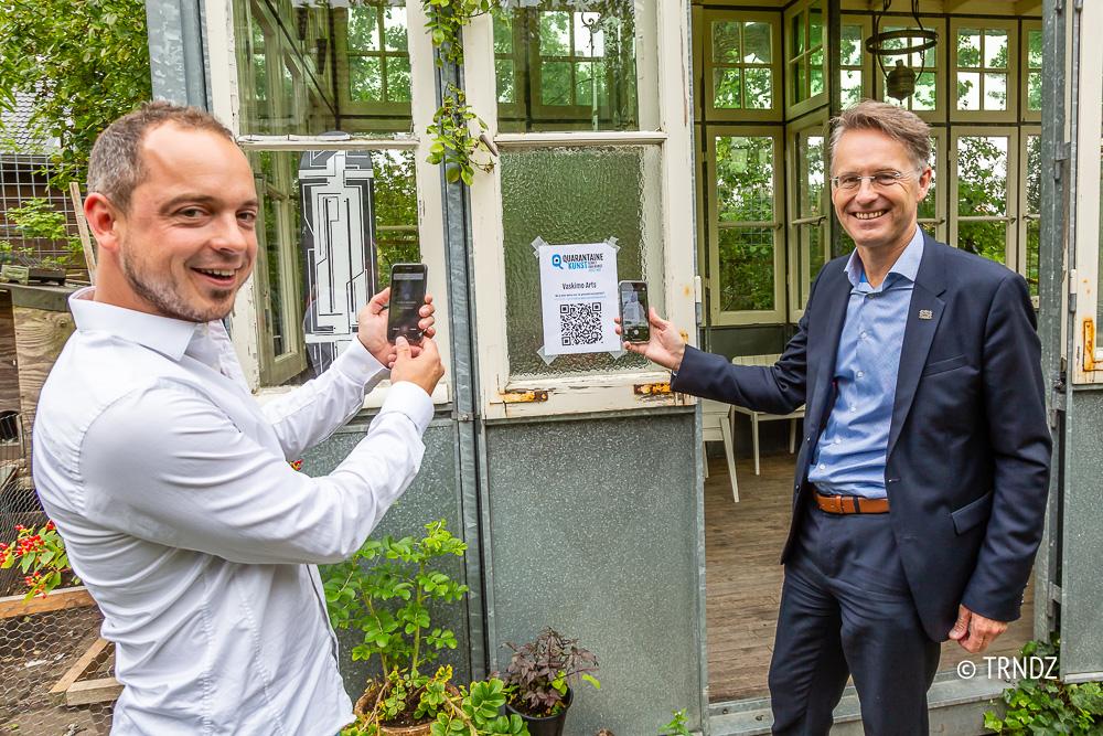 Cultuurmakelaar Sven Ruggenberg en wethouder Robin Paalvast scannen de eerste QR-code.